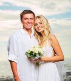 新娘和新郎,在海滩的浪漫新婚的夫妇, Jus 免版税图库摄影