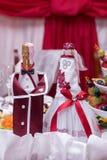 新娘和新郎,香槟 在瓶的装饰用在婚礼的香槟 宏观照片 库存图片