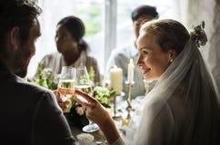 新娘和新郎紧贴的葡萄酒杯一起在婚姻Recepti 免版税库存图片