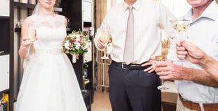 新娘和新郎戴香槟特写镜头眼镜  免版税库存图片