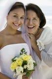 新娘和母亲有花微笑的(特写镜头) (画象) 库存图片