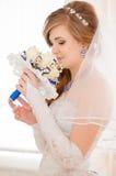 年轻新娘嗅到的花束 免版税库存图片