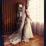 新娘在一大vin附近看起来在美好的interor的华美的身分 免版税库存图片