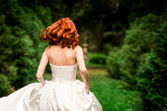 新娘在公园跑 免版税库存照片