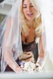 新娘在厨房里 免版税库存图片
