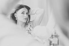 新娘在婚礼之日前组成 北京,中国黑白照片 库存图片