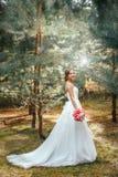 新娘在户外公园 图库摄影
