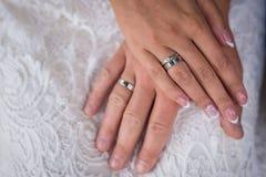 新娘在新娘` s手上的` s手有圆环的 免版税库存图片