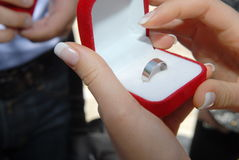 新娘在新郎` s手指上把婚戒放 库存照片