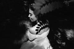 新娘在有树荫叶子的森林里 免版税图库摄影