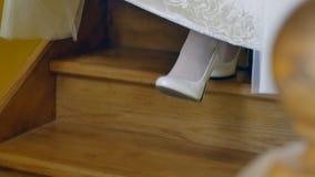 新娘在鞋子的` s脚在下来的婚礼礼服下台阶 股票视频