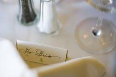 新娘在结婚宴会的位置卡片 库存照片