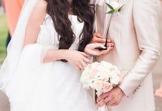 新娘在他的手上拿着一只蝴蝶 库存图片