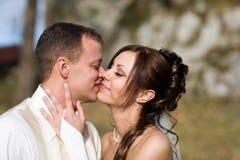 新娘夫妇亲吻 免版税库存图片