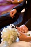 新娘夫妇递暂挂 免版税图库摄影