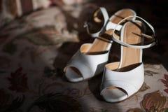 新娘婚礼之日鞋子-储蓄图象 免版税库存照片