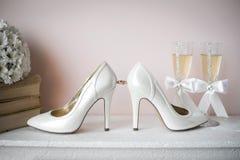 新娘婚礼凉鞋鞋子,妇女豪华品牌高跟鞋抽丝绸鞋子,正式党婚礼鞋子, 免版税库存图片