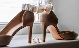 新娘婚礼装饰 婚戒鞋子和袜带 库存图片
