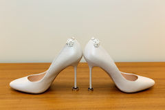 新娘婚礼鞋子、圆环和耳环 库存照片