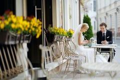 新娘室外咖啡馆的新郎 免版税库存照片