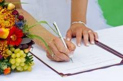 新娘寄存器签字 库存照片