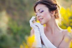 新娘开花室外纵向 免版税库存图片
