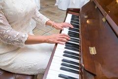 新娘弹钢琴 免版税图库摄影