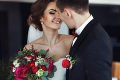 新娘微笑,当看未婚夫在亲吻前时 图库摄影