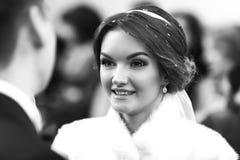 新娘微笑,当看未婚夫时 免版税库存图片