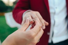 新娘戴着婚戒修饰手指 免版税库存照片
