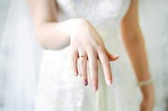 新娘手圆环 库存图片