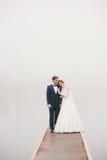 新娘拥抱在码头情人节修饰身分 免版税库存照片