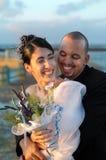 新娘拥抱的新郎 免版税库存图片