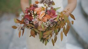 新娘拿着不同的花美丽的婚礼花束  花束新娘日婚礼 花束美丽 股票录像