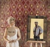 新娘拿着与我做标题婚礼概念的是的纸酒吧 免版税库存照片