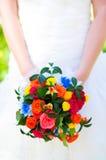 新娘拿着五颜六色的花束 婚姻 免版税图库摄影