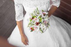 新娘拿着花束 图库摄影