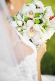 新娘拿着花束 免版税库存图片
