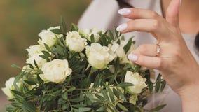 新娘接触婚姻的花束 股票视频