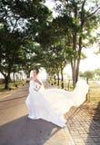 新娘摆在室外 免版税库存照片