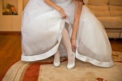 新娘改正鞋子 库存照片