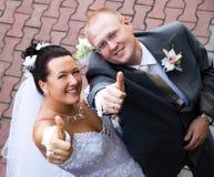 新娘新郎他们的赞许 免版税库存照片