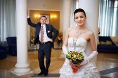 新娘新郎愉快的宫殿婚礼 库存照片