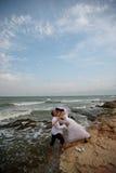 新娘新郎海滨婚礼 免版税库存照片