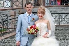新娘新郎生动描述纵向婚礼 免版税图库摄影