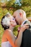 新娘新郎第一个亲吻 免版税库存图片