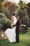 新娘新郎花微笑婚礼摆在 免版税库存图片