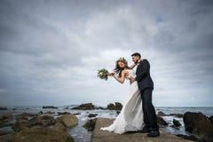 新娘新郎花微笑摆在花的婚礼 图库摄影