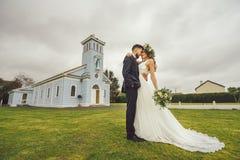 新娘新郎花微笑摆在花的婚礼 免版税库存照片