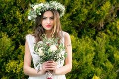 新娘新郎花微笑摆在花的婚礼 免版税库存图片